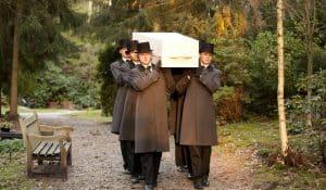Dragers met hoed schouderen kist